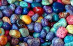 Какие встречаются цветные камни ? и пляжи каких морей ими усыпаны
