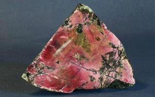 Как выглядит родонит (орлец) и где применяют камень: описание, значение и свойства