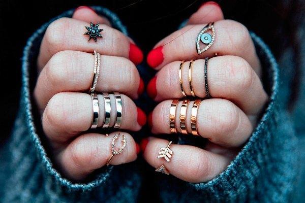 Кольца на всех пальцах рук
