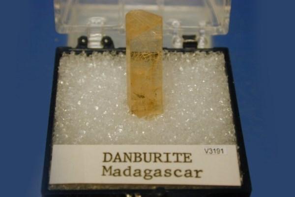 минерал данбурит из мадагаскара