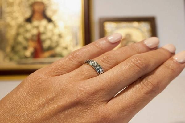 Обручальное кольцо супруги на фоне православной иконы